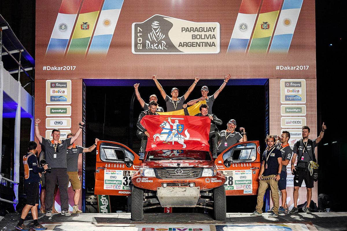 A.Juknevičius ir D.Vaičiulis ant iškilmingo Dakaro ralio finišo podiumo