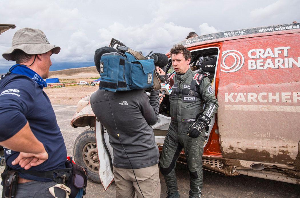 """A.Juknevičius duoda interviu """"Dakar"""" televizijai"""