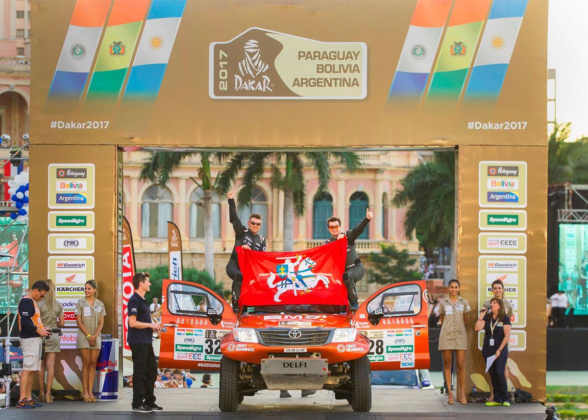 A.Juknevičius ir D.Vaičiulis ant Dakaro starto podiumo