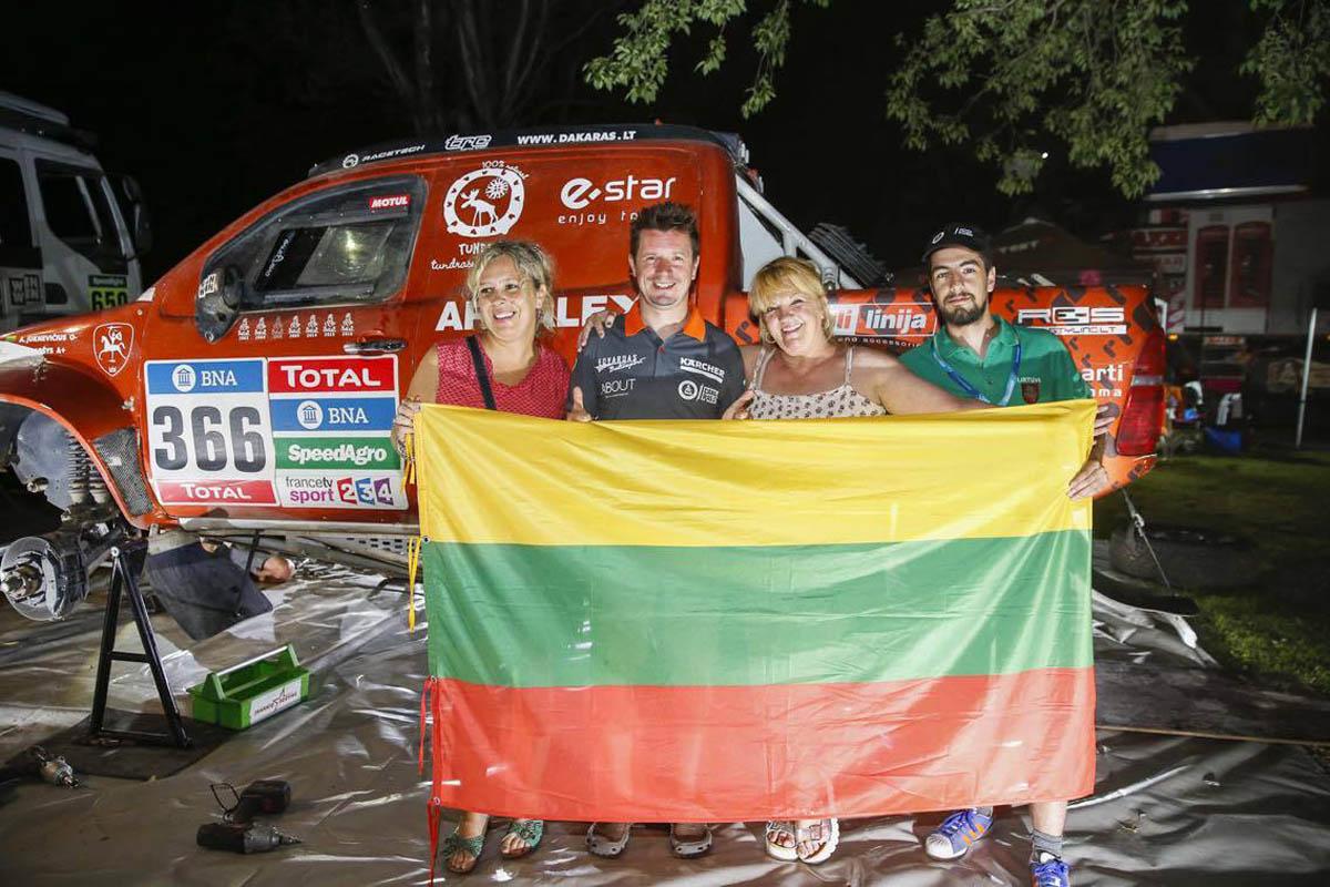 Prieš Dakaro finišą – Argentinos lietuvių dovanos ir linkėjimai A. Juknevičiui