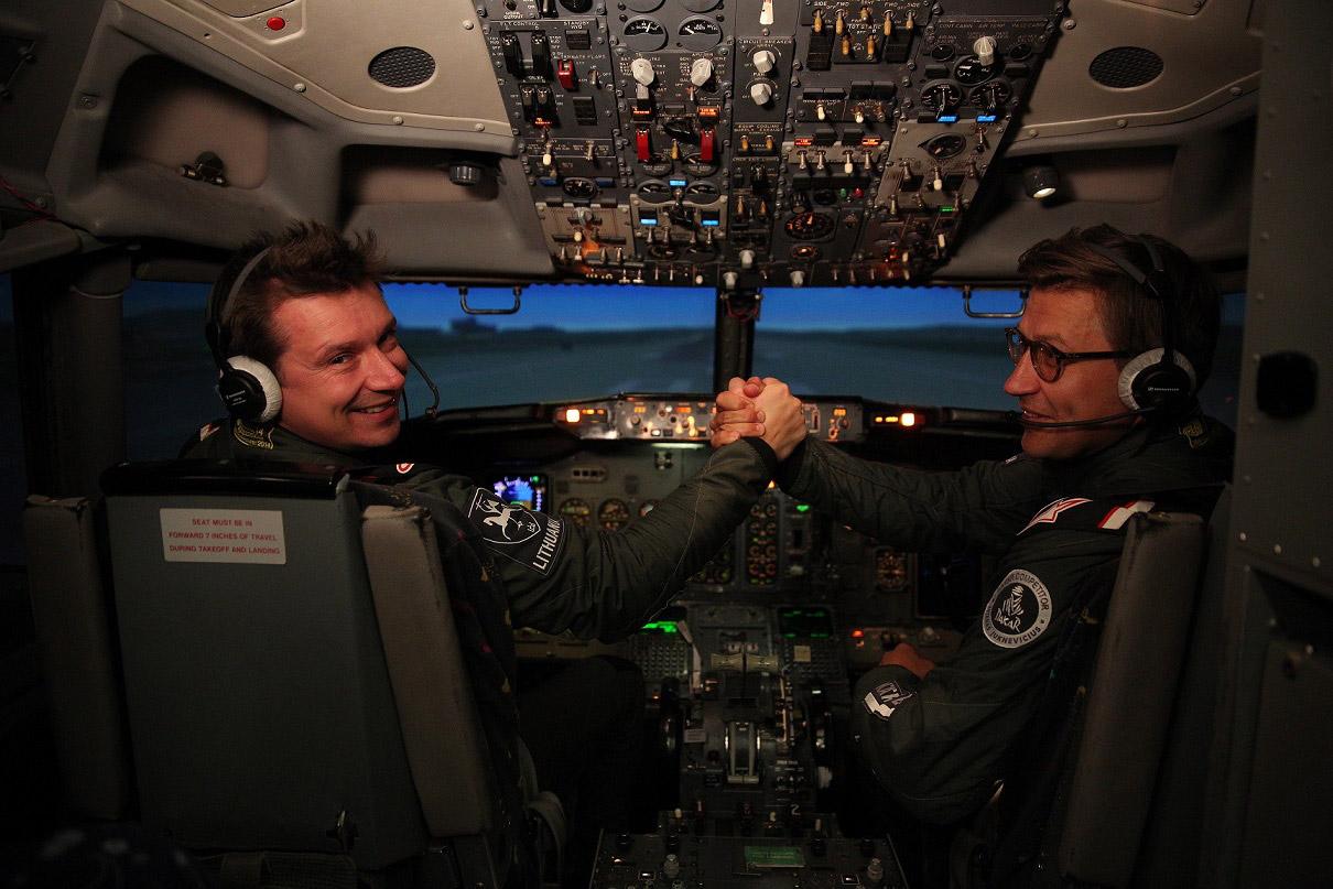 Lėktuvo kapitono kėdę išbandęs A. Juknevičius: spaudi gazą, o suka į dešinę